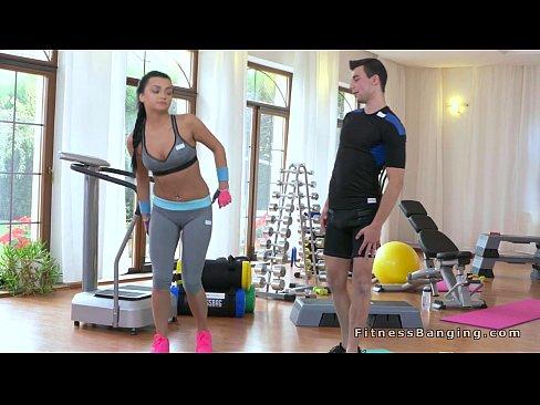 Instructorul De Fitness Nu A Mai Rezistat Si A Futut-O Pe Clienta Lui
