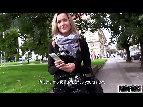 Blonda Accepta Banii Oferiti De Un Necunoscut Sa Se Futa Cu El Pe In Public