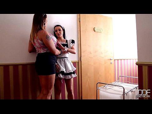 Matura Nebuna Ii Spune Unei Tinere Daca Vrea Sa Faca Sex Cu Ea Si Barbatul Ei
