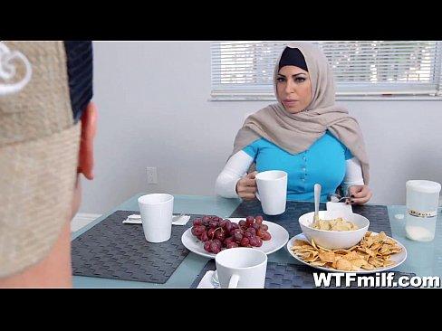 Sex Arab Cu Mia Khalifa Care Se Fute In Grup Cu Doi Tineri