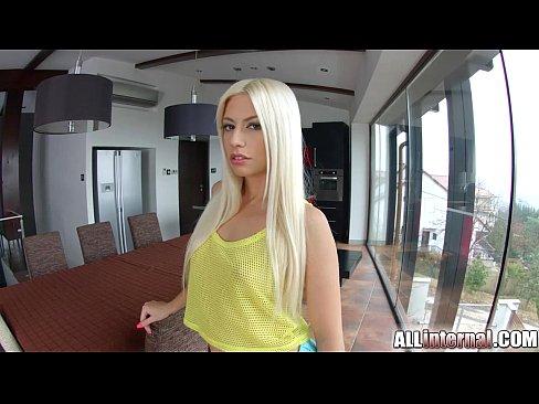 Blonda E Fututa De Doi Si Unul Ejaculeaza In Pizda Ei Mica