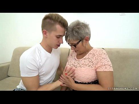Bunicuta Buna De Pula Face O Muie Adanca Pana In Gat