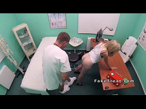 Curva Blonda E Fututa De Un Doctor Care Sta In Rand Cu Baietii Dotati