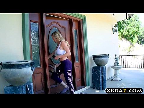 Blonda Se Ataca Si Face O Muie Super Bomba Pentru Sotul Iei