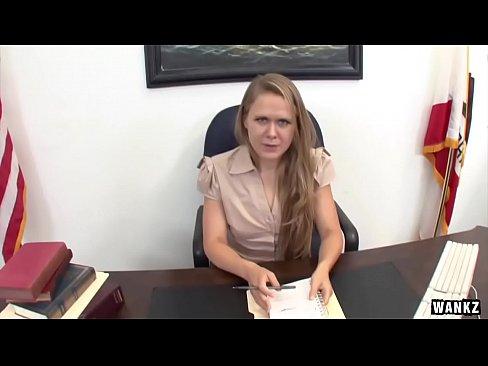 Blonda Sexoasa E Prinsa Intr-Una Din Zilele Bune In Care Se Fute Grav