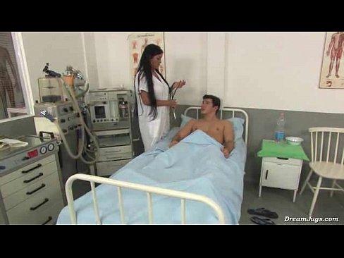 Bruneta Se Duce La Spital La Un Prieten Si Il Fute Acolo
