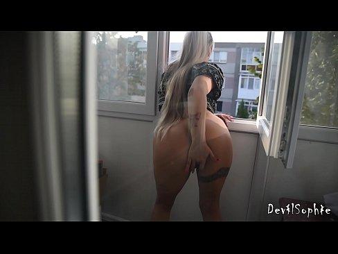 Se Masturbeaza Pe Balcon In Vazul Tuturor