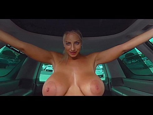 Face O Muie Blonda Intr-Un Renault In Timp Ce El Conduce