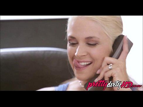 Blonda E Trasa De Sfarcuri Cand Vorbeste La Telefon Cu Sotul Ei