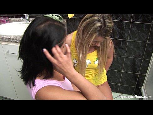 Intra Peste Sandra Lesbiana In Apartament O Prietena De Ai Si Ii Spune Ca Vrea Sex