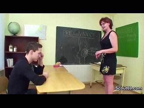 Un Elev Isi Fute Profesoara In Buci Si Ii Pute Pizda