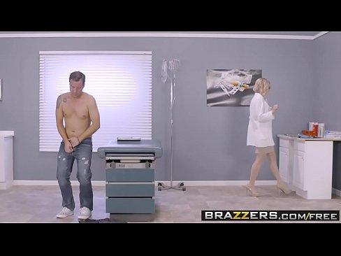 Blonda Cu Pasarica Uda Si Zbarcita Sta Capra Pe O Targa In Spital
