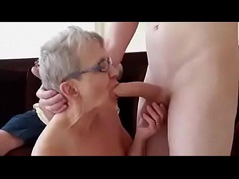 Cuplu De Mosi Fac Sex Cu Un Tanar Care Sta La Treaba