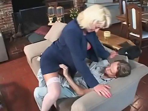 Milfa Bine Rau Blonda Calarita De Un Barbat Tanar De 18 Ani