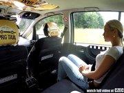 Taximetrist Fute O Bunaciune Blonda In Taxiul Lui