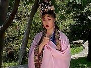 Un Chinez Intra Intr-O Familie Japoneza Si O Dezvirgineaza Pe Una