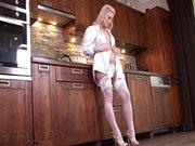 Blonda Merge In Bucatarie Sa Se Masturbeze Fara Sa Fie Deranjata
